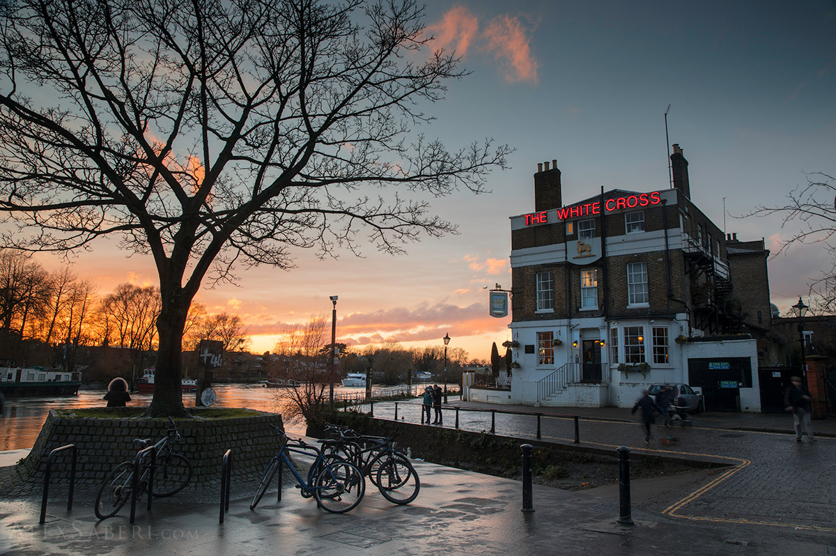 Richmond's White Cross pub during the summer sunset